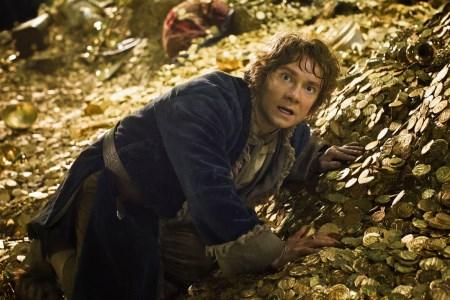 """Bilbo (Martin Freeman) wird sich klar, wessen Schatz er da gerade begrabbelt.   Quelle: Szene aus """"Der Hobbit: Smaugs Einöde"""
