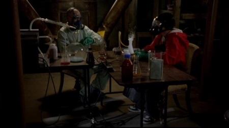 Der Start ist gemacht: Walter (li.) und  Jesse kochen Meth. | Quelle: Breaking Bad DVD