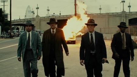 Brennendes Auto im Hintergrund, Gangster im Vordergrund. Oder doch nicht?  | Quelle: Gangster Squad / Warner Bros.