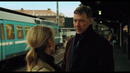 Johan (Mikael Persbrandt) weiß anfangs nicht, wie er sich Anna gegenüber verhalten soll. | Quelle: Stockholm Ost / arte Mediathek