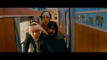 In so einem indischen Zug gibt's nicht viel Platz. Francis, Peter und Jack steigen sich deshalb nicht nur buchstäblich auf die Füße. | Quelle: Darjeeling Limited DVD / FOX