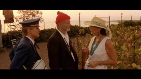 Familienzusammenführung: Steve (Mitte) macht Ned mit seiner Frau bekannt. | Quelle: Die Tiefseetaucher DVD / Touchstone