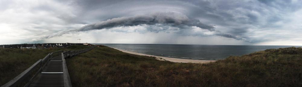 Wolkig mit Aussicht auf das Meer. | Panorama aus 10 Einzelbildern bei 12mm