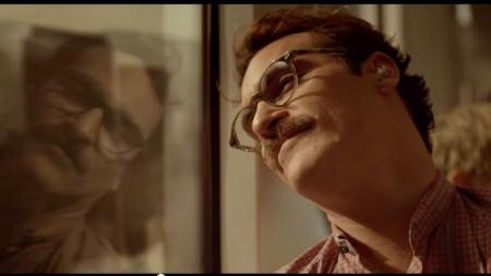 Theodore (Joaquin Phoenix) macht mit Samantha (Scarlett Johansson, im Ohr) einen Ausflug | Quelle: Her Trailer