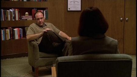 Dr. Melfi, die Ärztin, der die Mafiosi vertrauen. Tony verbringt jede Woche eine Sitzung bei ihr. | Quelle: The Sopranos Staffel 1 DVD