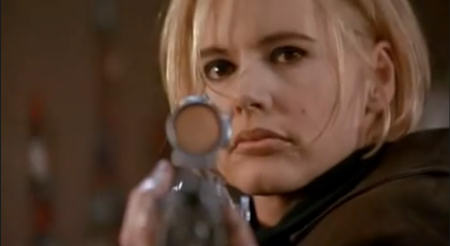 """Im Filmverlauf ändert """"Samantha"""" ihr Aussehen und gleich noch ihren Charakter dazu. Blöd für die Bösen.   Quelle: """"Tödliche Weihnachten""""-Trailer / New Line Cinema"""